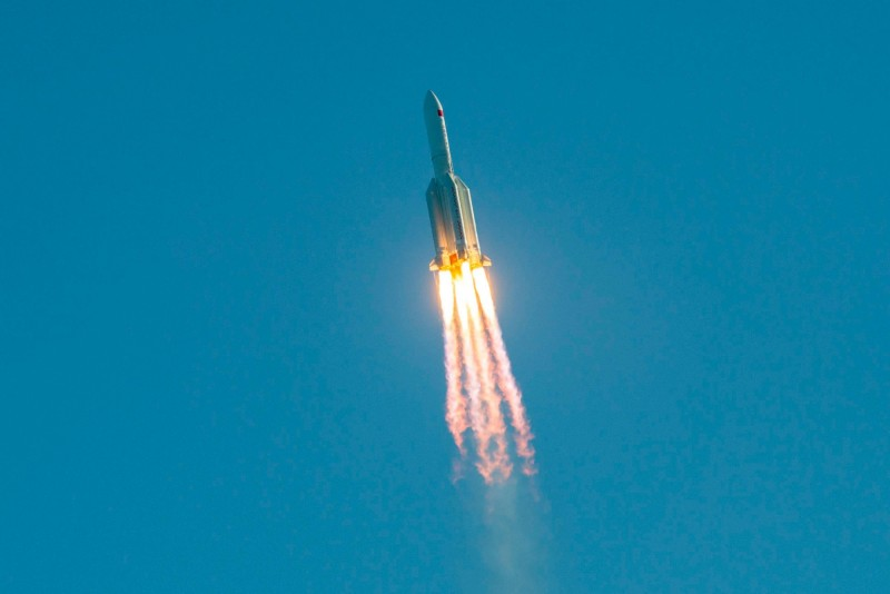 中國火箭「長征五號B」5日發射,不過該火箭完成任務後,正以不受控的方式墜毀,為近30年來最大的失控重返大氣層物體。(法新社)