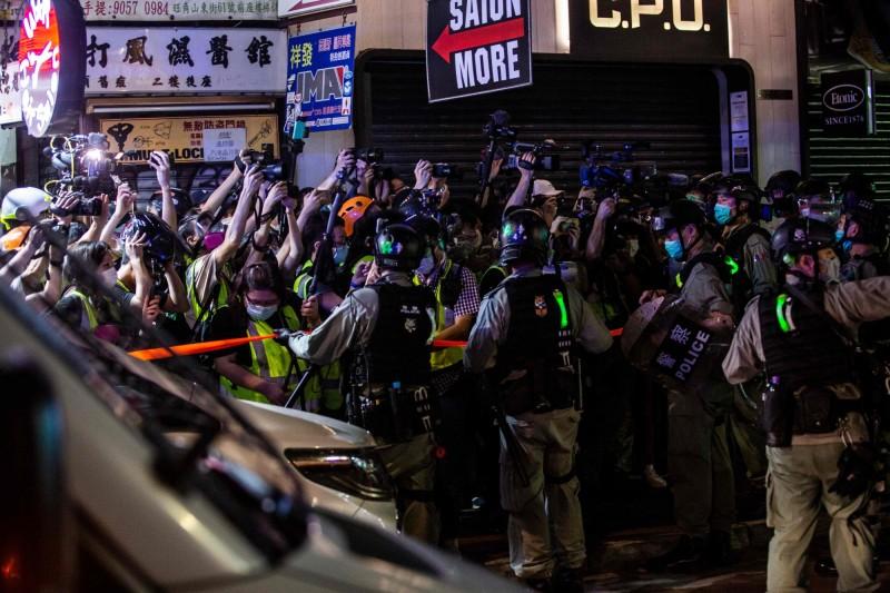 圖為今年5月10日,香港防暴警察在旺角逮捕民主派示威者,大量記者湧上前拍照。(法新社)