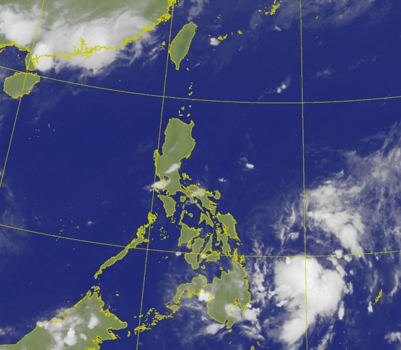 氣象專家吳德榮認為,目前在菲律賓東方的熱帶性低氣壓(右下雲塊)的發展頗受限制,就算增強為颱風「黃蜂」,應該也只是輕颱,預估強度不大。(中央氣象局)