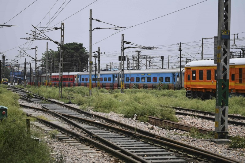 印度自12日起,將逐步重啟客運鐵路營運。圖為2016年印度首都新德里一處鐵路景象。(法新社)