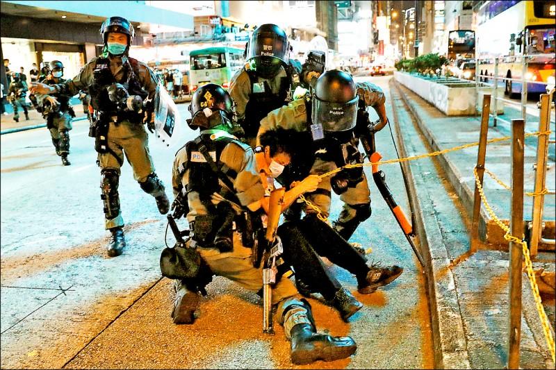 香港「反送中」運動有回溫跡象,十日母親節,示威者在全港多區遍地開花;入夜轉進九龍油尖旺區旺角後,與警方爆發衝突。圖為戴著口罩的便衣警察壓制一名參與抗議活動的年輕人。(路透)