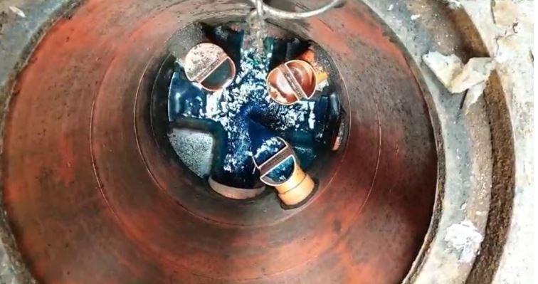 繞流偷排入地下污水道的電鍍廢水(廢水呈藍色)。(記者劉慶侯翻攝)