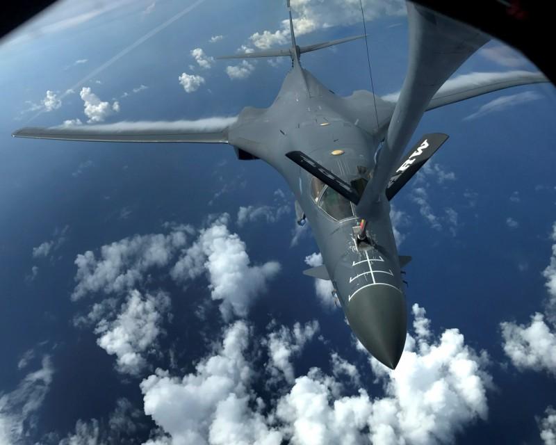 B-1B超音速轟炸機從關島起飛後,從日本東部外海繞日本群島約3/4圈後,經東海返航,途中由一架KC-135R加油機補給油料。(路透)