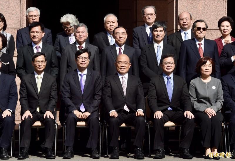 行政院長蘇貞昌(前排中)預計14日在行政院例行院會依憲政慣例提出內閣總辭。圖為2019年1月14日蘇內閣上任,全體內閣成員在行政院門口拍團體照。(資料照)