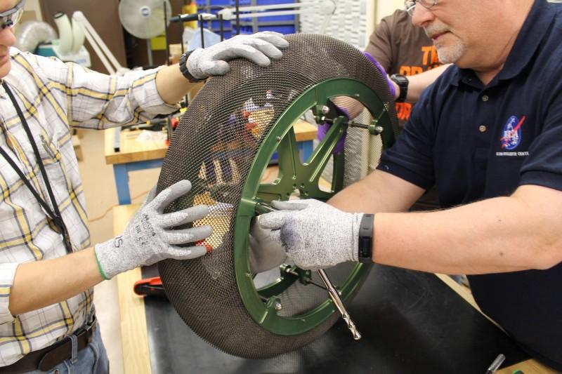 NASA格倫研究中心費時多年,為宇宙探索等涉及極端環境的太空任務研發特製輪胎。(擷取自NASA)