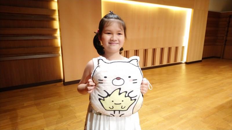 年紀最小的得獎人是台北市三玉國小學生汪采函,雖然只有9歲,她的生命因腦瘤而有極大的風險,已作過40幾次化療,也影響視力,但她以樂觀堅毅的態度面對生活及學習的挑戰。(教育部提供)