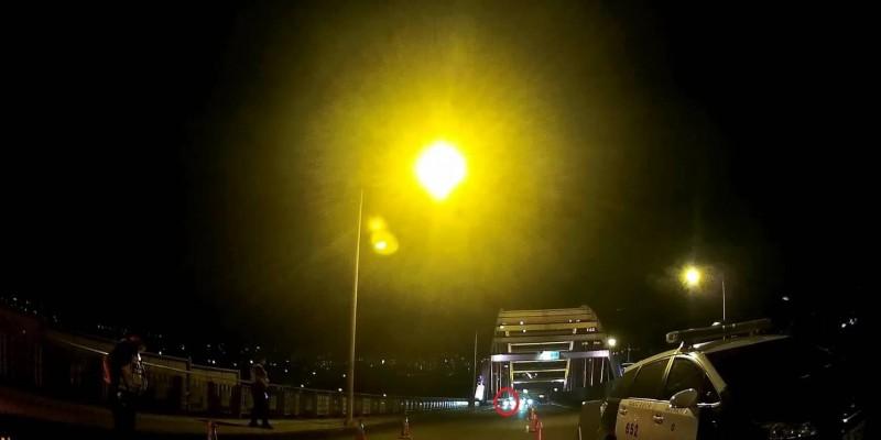 白色自小客在距攔查點前約100公尺處驟然停車並關上大燈。(記者許國楨翻攝)