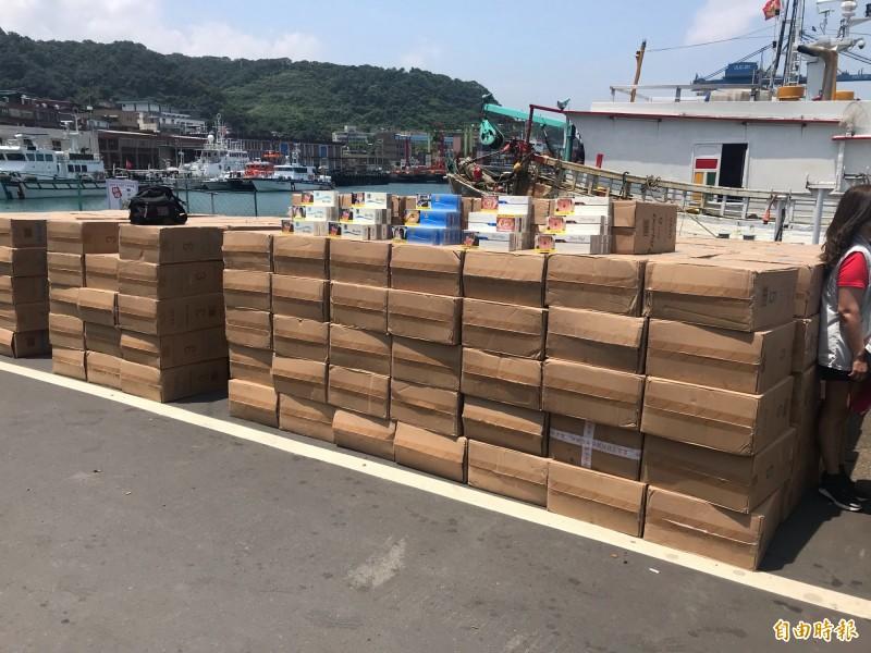 海巡人員從漁船上起出走私菸品522箱,市值近1700萬元(記者吳昇儒攝)