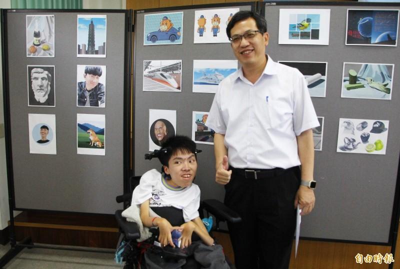 嘉義高商學生林子揚(左)獲得總統教育獎,與校長林義棟(右)合影。(記者林宜樟攝)