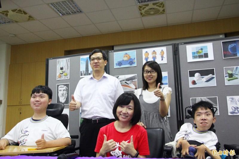 林子揚(右一)獲得總統教育獎,與哥哥林育陞(左一)、林子揚媽媽(中)、嘉義高商校長林義棟(後左)、導師顏家鈞(後右)等人合照。(記者林宜樟攝)