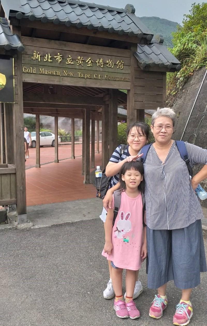 重慶國中周沛辰(圖中橫條紋衣者)父母均罹患慢性疾病,她負起協助家務、照顧弟妹的責任。(新北市政府教育局提供)