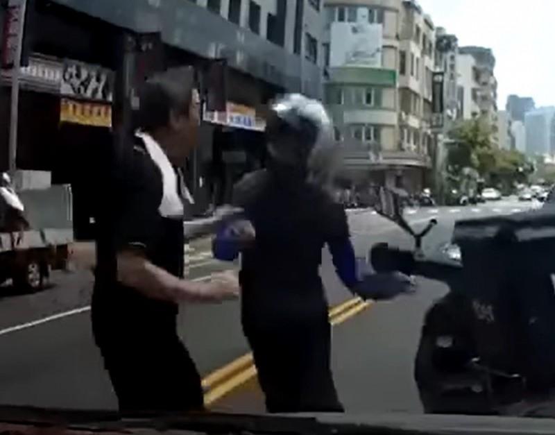 李男(左)與戴男(右)互毆,被警方依違反社會秩序維護法函送裁處。(記者洪定宏翻攝)