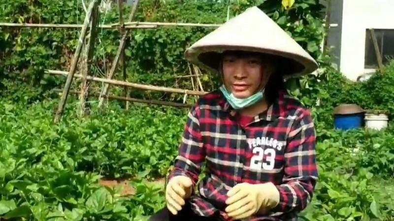 鄭翠玄下課後到住家附近的菜園種菜。(記者江志雄翻攝)
