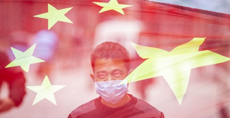近來,一名不滿外界批評中國共產黨的中國網民翻牆上臉書發文,說要提供「免費的VPN」給台灣人使用,讓台灣人來見識中國境內的真實模樣。圖為中國五星旗與中國人示意圖,非當事人。(歐新社)