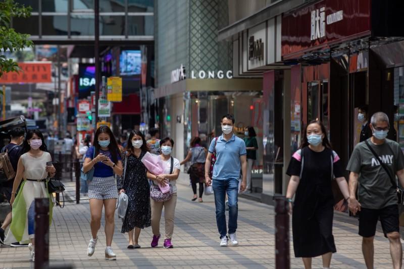 香港今天再度出現本土病例,打破連續23天的「本土零新增」紀錄。圖為香港民眾戴口罩防疫。(彭博)