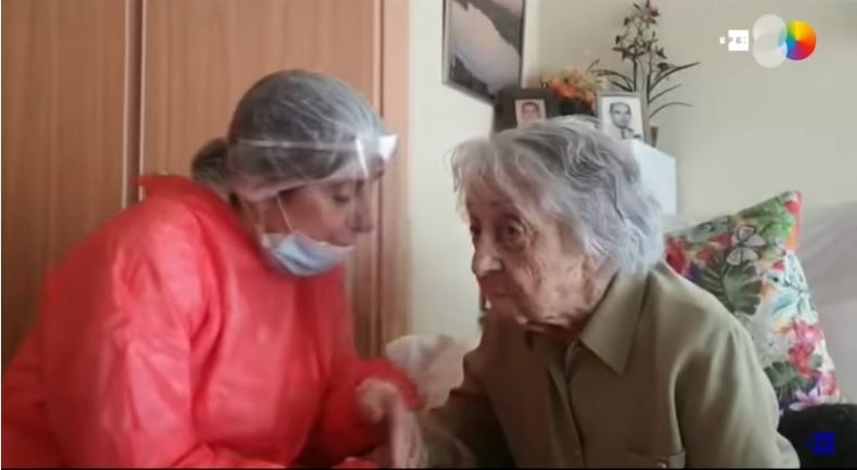 布拉尼亞斯(右)4月間在西班牙一家安養中心感染武漢肺炎,之後就在自己的房裡隔離治療。(圖取自「AGENCIA EFE」youtube頻道)