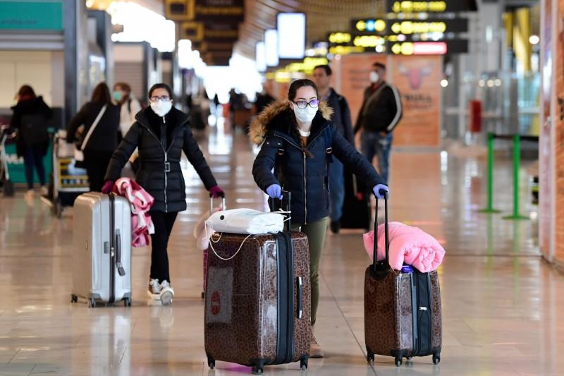 西班牙宣布15日起所有入境者皆須居家檢疫。圖為西班牙首都馬德里的巴拉哈斯國際機場。(法新社)