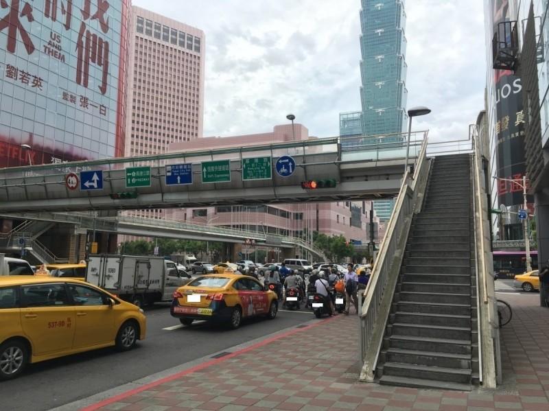 信義區信義路與基隆路口的世貿人行陸橋使用需求低,預計在年底前先拆除基隆路部分。(北市新工處提供)