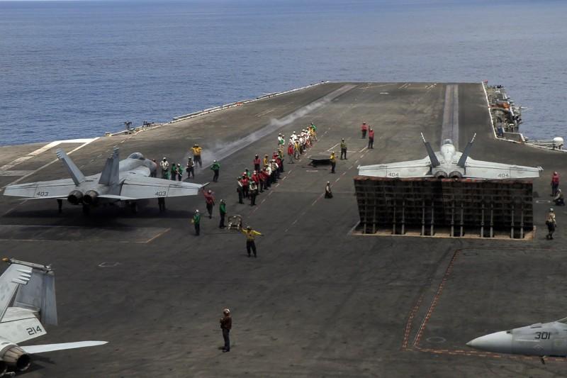 美航艦「雷根號」在硫磺島海域進行艦載機起降訓練,預計持續到6月10日,這是航艦正式部署前的最後一步。(法新社)