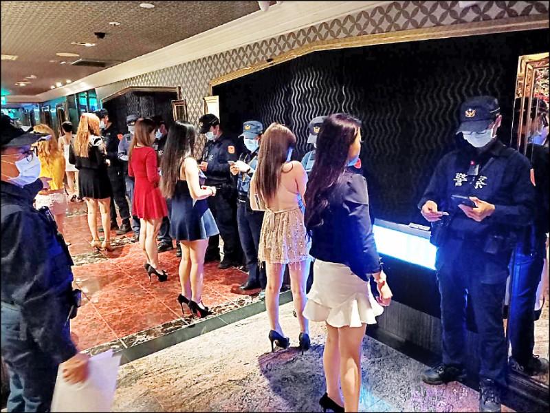 警方到酒店臨檢。(資料照)