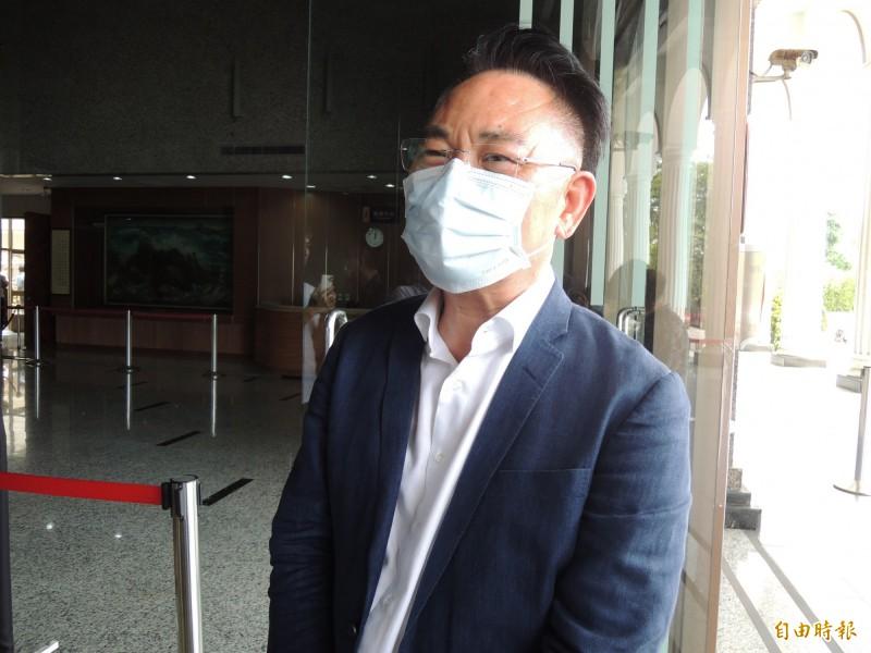 高市議員韓賜村表示上午到喪家上香時得知余妻墜樓,立刻到醫院探視。(記者王榮祥攝)