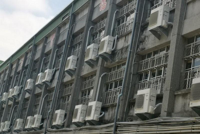 議員陳怡珍表示,部分資源較多的學校,已由家長會捐贈冷氣,形成學校間的資源落差,要求教育局應全面裝設。(記者蔡文居翻攝)
