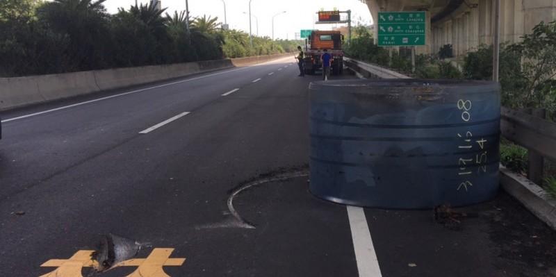 拖板車載著鋼捲滾落地面,在柏油路面留下深又長刻痕。(記者劉曉欣翻攝)