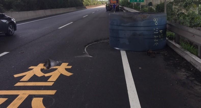 拖板車載著鋼捲滾落地面,在柏油路面留下深深刻痕。(記者劉曉欣翻攝)