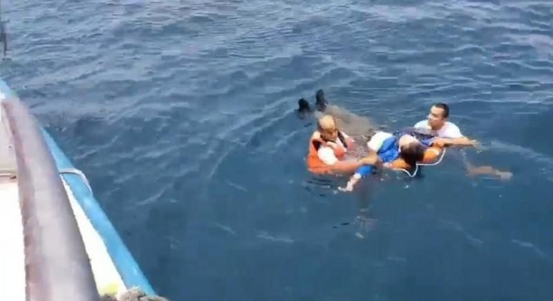 一名中年男子賞鯨到一半,突然往海裡跳,如同水母漂在海中載浮載沉。(記者張議晨翻攝)