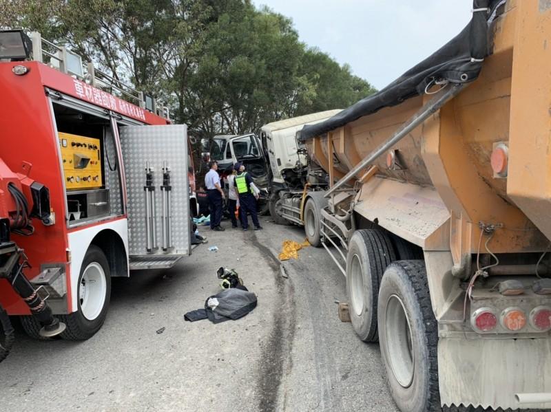 小客車被夾在2輛砂石車之間,老夫婦倆也受困嚴重變形的車內,經消防人員搶救送醫,老婦傷重不治、老翁重傷。(記者彭健禮翻攝)
