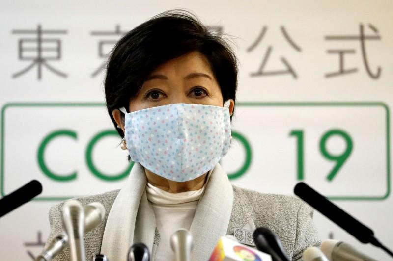 東京都知事小池百合子4月10日在記者會上戴著印有小愛心圖案的布口罩。(路透)