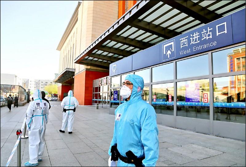 武漢肺炎疫情延燒,中國吉林市昨宣布封城,火車站外已由警方拉起封鎖線。(法新社)