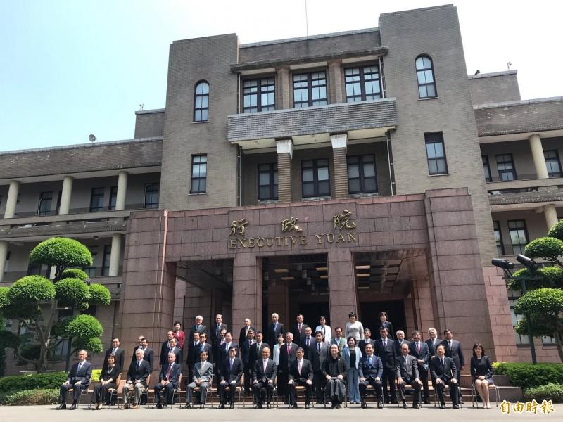 蘇內閣總辭合拍「畢業照」,行政院長蘇貞昌肯定內閣是「最強的團隊」。(記者劉信德攝)