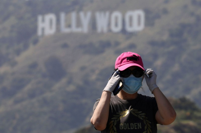 外媒認為好萊塢或許能借鏡成人影視產業作法,以協助其在疫情期間恢復電影及電視影集拍攝,圖中人物非當事人。(路透)
