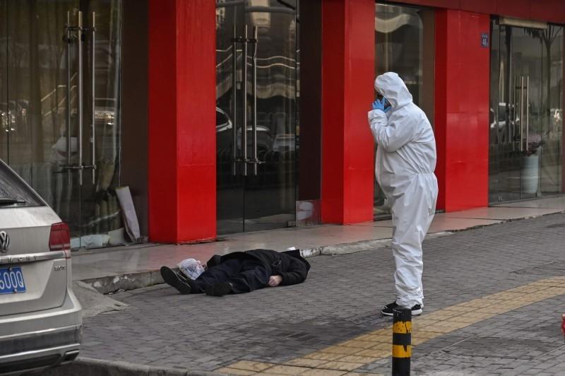 中國湖北省武漢市疫情爆發初期,也有民眾倒斃街頭。(法新社檔案照)