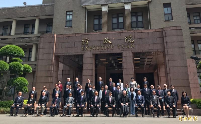 蘇內閣總辭合拍「畢業照」。(記者劉信德攝)