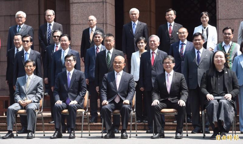 行政院長蘇貞昌率內閣總辭後,在行政院廣場合影。(記者劉信德攝)