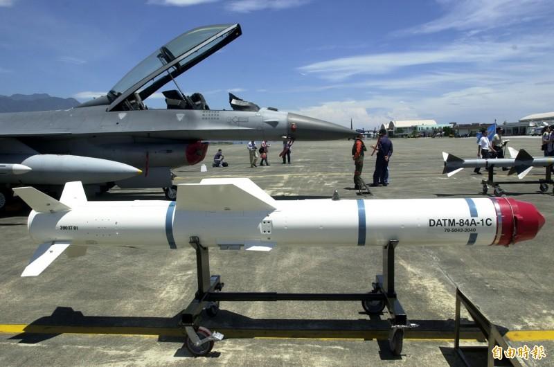 海軍日前完成對美採購岸置機動型魚叉飛彈系統的「武器整體獲得規劃書」。圖為F-16戰機掛載的空射型魚叉飛彈。(資料照)