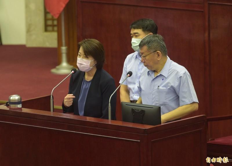 台北市長柯文哲14日赴議會進行專案報告,與副市長黃珊珊一同答詢。((記者張嘉明攝)