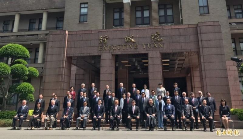 因應總統蔡英文520的第二任任期,行政院長蘇貞昌今(14)上午主持院會,率各部會首長提出內閣總辭,蘇也肯定內閣是「最強的團隊」。(記者劉信德攝)