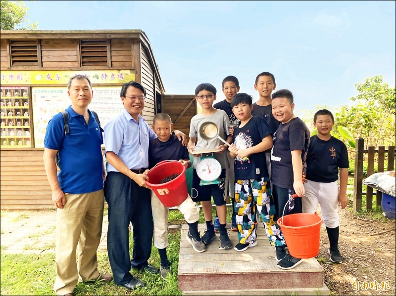 中平國小校長劉雲傑(左二)樂當孩子的「環保舵手」,帶領學生做廚餘堆肥。(記者許倬勛攝)