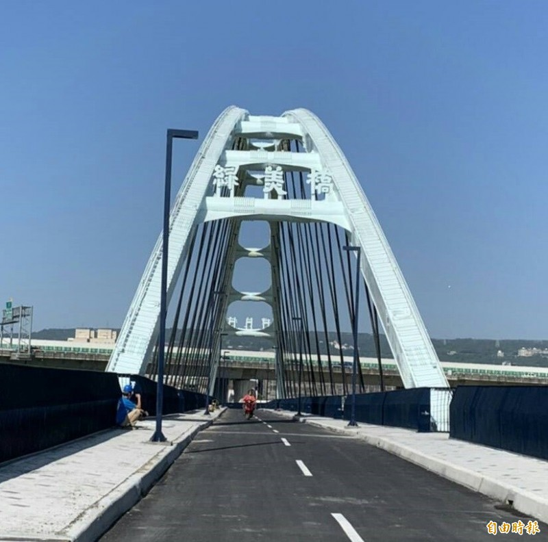 南投市地標之一的綠美橋局部改善工程完工,15日重新開放通行。(記者張協昇攝)
