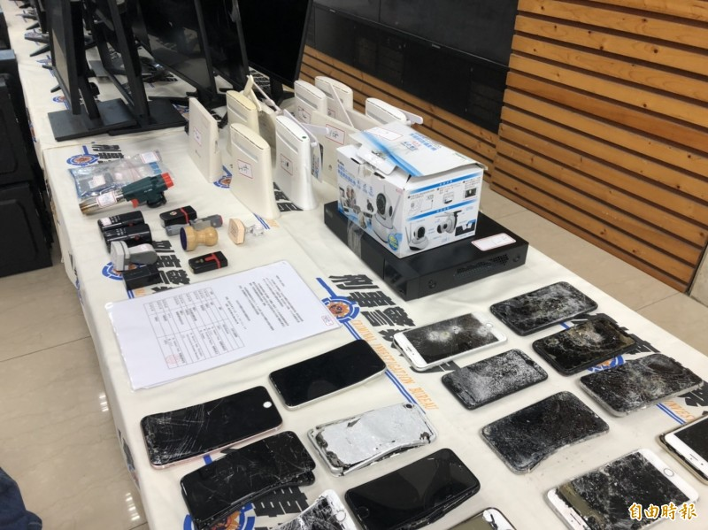 刑事局查獲2處「假交友、誘投資」詐騙機房,逮捕24名嫌犯,查扣電腦、手機、硬碟、WIFI分享器、監視器、SSD固態硬碟等大批贓證物。(記者邱俊福攝)