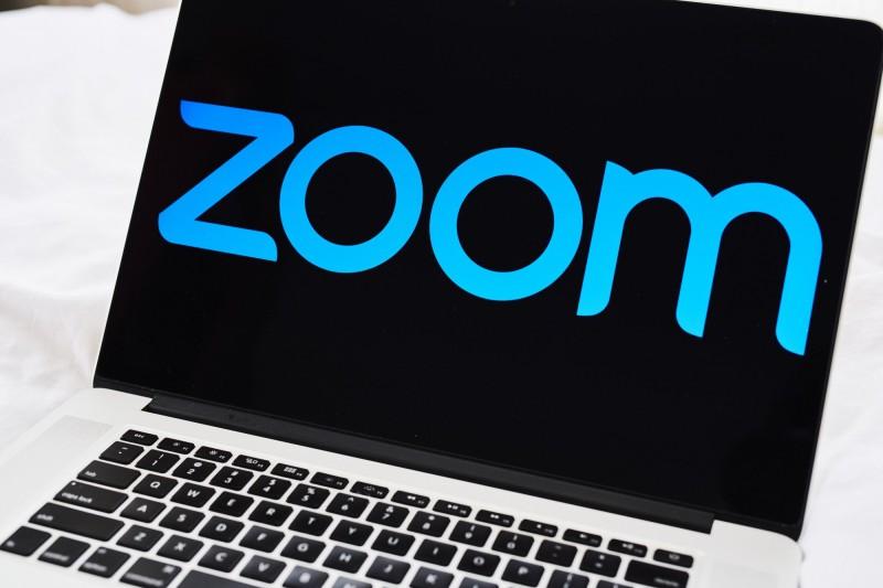 美國教堂使用Zoom舉行了遠距聖經學習班,孰料課程中卻遭駭客闖入播放嬰幼兒色情片,令電腦前的民眾紛紛作嘔。(彭博)