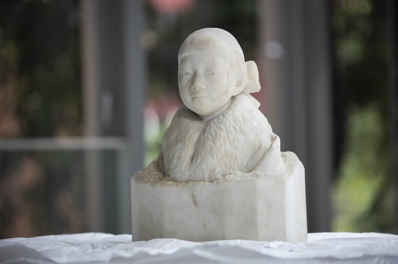 在台灣雕刻家黃土水僅製作過3件大理石作品,其中隱身台北市大同區太平國小的胸像「少女」,歷經一番努力,百年後終於要重返公眾視野。(中央社,北師美術館提供)