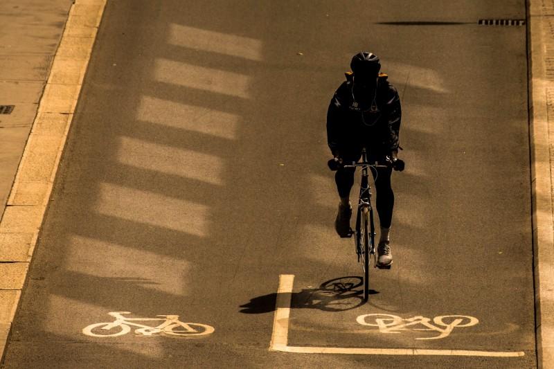 倫敦市中心推動交通改正計畫,打造更多腳踏車暨徒步區。圖為英國倫敦自行車騎士在自行車道上騎車。(彭博)