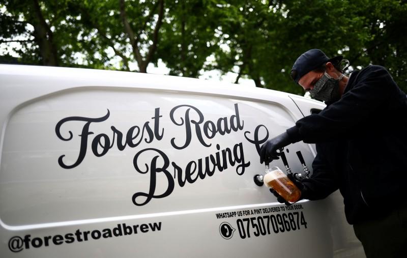 英國人布朗(Peter Brown)突發奇想,將啤酒桶塞入麵包車中並在車殼裝設水籠頭,直接開到民眾家門口分裝啤酒。(法新社)☆飲酒過量  有害健康  禁止酒駕☆