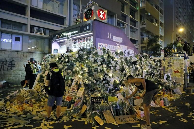香港「反送中」運動去年8月31日在太子站爆發激烈的警民衝突,傳言有示威者被警員殺害,也讓許多人在每個月30或31日到太子站獻花哀悼。(美聯社)