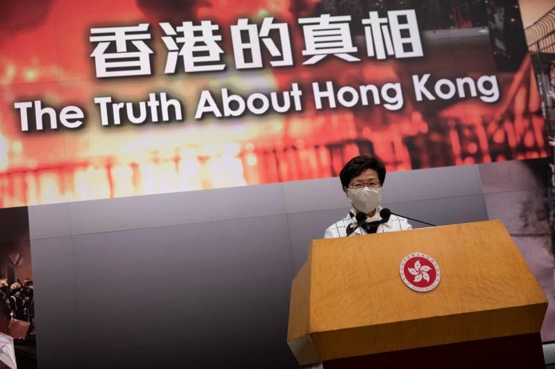 香港監警會今天發表「反送中」運動審視報告,行政長官林鄭月娥接受報告建議,但泛民主派非常不滿,形容報告是「垃圾」。(歐新社)