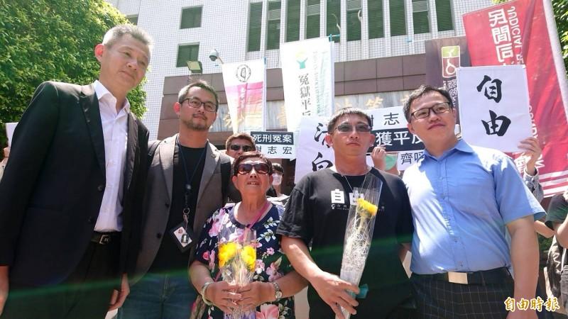 台南「歸仁雙屍命案」再審,謝志宏(右二)獲判無罪。(資料照,記者王捷攝)